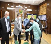 محافـظ المنوفية يسلم مساعدات عاجلة للمواطنين المتصدعة منازلهم بالسادات