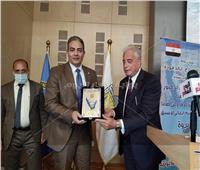 محافظ جنوب سيناء يكرم نقيب الإعلاميين في احتفالات تحرير طابا