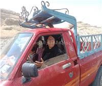 «سيدة الجبل» ربت أبناءها الأيتام بالعمل على سيارة نقل بالمنيا   صور