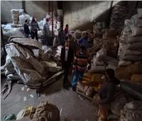 إعدام 20 طنا من ياميش رمضان الفاسد داخل مخزن بالشرقية