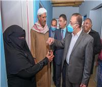 محافظ الإسكندرية يسلم 59 منزلا بعد تطويرها ضمن مشروع «سترة»