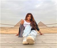 صور| بجلسة تصوير أمام الأهرامات.. سارة سلامة تروج للسياحة