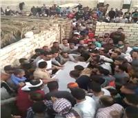 المئات يشيعون جثمان الطفل مازن «شهيد لقمة العيش» بالمنيا 