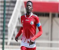 لاعب منتخب كينيا يتعدى على نجم الفراعنة ويتعرض للطرد «فيديو»