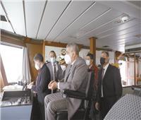 استمرار محاولات تعويم السفينة الجانحة بقناة السويس لليوم الخامس
