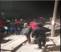 انتشال شخصين وطفل من تحت أنقاض العقار المنهار بجسر السويس.. فيديو وصور