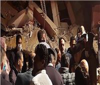 استخرج طفلة  6 أشهر حية من أسفل أنقاض عقار جسر السويس المنهار