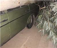 سقوط شجرة ضخمة على سيارة ملاكي بسبب الرياح الشديدة بمدينة الغردقة