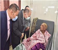 محافظ أسيوط يزور مصابي حادث قطار سوهاج بالمستشفى