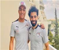 محمد صلاح يهدي «قميصه» لمصطفى محمد | صورة