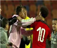 محمد صلاح يهرب من «حصار السيلفي» بعد نهاية مباراة مصر وجزر القمر   صورة