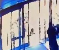 اعتداء وحشي على سيدة آسيوية بأمريكا.. ورد فعل غير متوقع من الحارس  فيديو