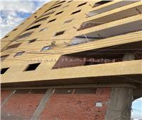 انهيارات في عمارة مائلة تتسبب فى تكسير سقف سيارة بالغربية | صور