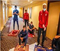 بعثة الأهلي تؤدي صلاة الجمعة في فندق الإقامة بالخرطوم
