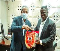 الدرندلي يهدي درع وعلم الأهلي إلى رئيس نادي المريخ السوداني