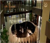 مسرح ياباني يقدم تجربة مشاهدة فريدة عبر فتحات صغيرة  فيديو