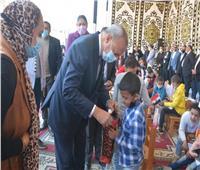 محافظ القليوبية يشارك الأيتام فرحتهم في مدرسة الشبان المسلمين ببنها