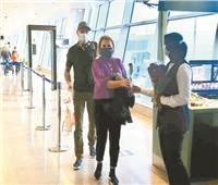 مطار الغردقة يستقبل السياح بالورود