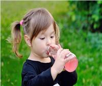 دراسة حديثة تكشف مخاطر تناول المشروبات السكرية على الأطفال