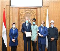 تكريم 35 طالبا وطالبة من حفظة القرآن الكريم بمدارس قنا  صور