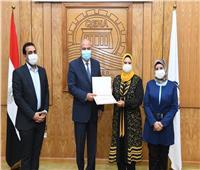 محافظ قنا يكرم نائب رئيس مدينة قفط