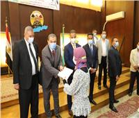 وزير القوى العاملة ومحافظ الفيوم يسلمان208عقود عمل لذوي الهمم