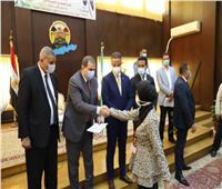 وزير القوى العاملة ومحافظ الفيوم يسلمان 112 متدرباشهادات اتمام التدريب