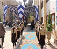 محافظ القاهرة يوزع عدد من السلع الأساسية على أهالي الدرب الأحمر