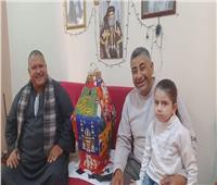 «فيها حاجة حلوة».. قبطي يوزع فوانيس رمضان بالمنيا