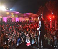 مصطفى حجاج وعمر كمال يشعلان أولى فقرات حفل تامر حسني في القاهرة الجديدة