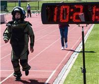 أمريكية تحطم الرقم القياسي في الجري بـ«بدلة المتفجرات»