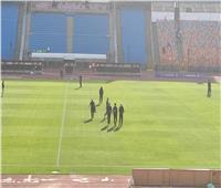 لاعبو الزمالك يتفقدون أرضية ستاد القاهرة