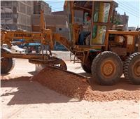 رصف شارع الرى بالقوصية ضمن خطة الطرق الداخلية فى أسيوط