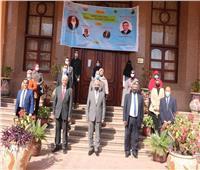 مبارك يلتقى بطلاب الدراسات العليا الفائزين فى برنامج حاضنة الفائفين