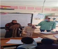 قبطي يوزع فوانيس رمضان على التلاميذ في بني سويف