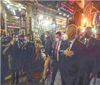 ادخلوها بسلام آمنين.. رئيس تونس أثناء تجوله بشوارع خان الخليلى
