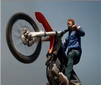 محمد إمام بهلوان بالدراجة النارية في الحلقة الأولى من «النمر».. فيديو