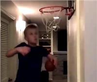 بسبب عشقه للرياضة.. طفل يحوّل منزله لصالة ألعاب | فيديو