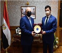 وزير الرياضة يكرم هانى ابوريده ويهديه درع الوزارة