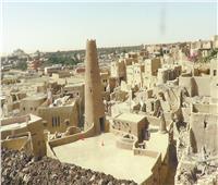 «عراجين البلح» تزين مسجد تطندي بسيوة