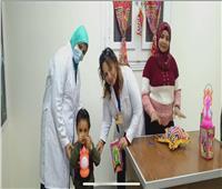 طبيبة مسيحية توزع فوانيس رمضان على المسلمينفي بني سويف |صور