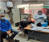 إنتظام الفريق الطبي بتطعيم المواطنين بمركز اللقاح بـ«أشمون»