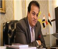 وزير التعليم العالي يستعرض تقريرًا حول أداء قطاع التنمية والخدمات بالوزارة