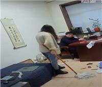 موظفة صينية تتعدى بالضرب على مديرها لتحرشه بها| فيديو