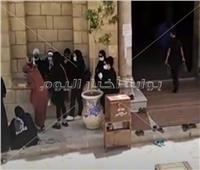 انهيار أسرة أرملة خالد صالح أثناء صلاة الجنازة على جثمانها.. فيديو