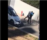 بسبب تأخره.. فرنسي يطعن عامل توصيل طلبات |فيديو