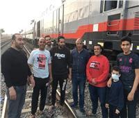 «أهالي الدلجمون» يوزعون مياه وطعام على ركاب القطارات المتوقفة