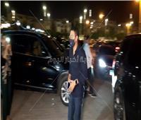 آسر ياسين يصل عزاء والدة الفنان أحمد خالد صالح