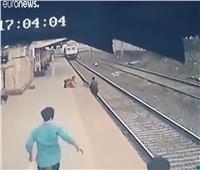 شاب ينقذ طفلاً من موت محقق تحت عجلات القطار.. فيديو