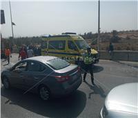 التحقيق في تصادم 3 سيارات بمحور أكتوبر وإصابة 11 شخصا